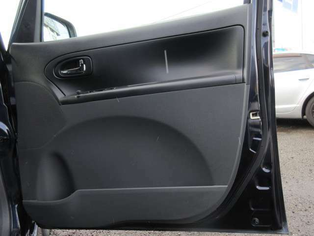 ドアは広くワイドに作られており、体の大きな方でも乗降り時に窮屈感を感じさせない乗降口です♪車内の内装に関しましても、ドアパネルやサイドポケットに擦れや汚れも少なくとても良好な状態です♪