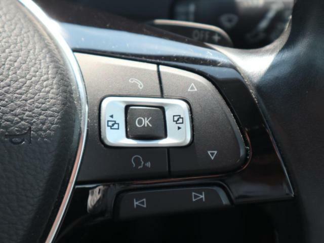 右のスイッチは主に、ナビの選曲とメーター内の液晶画面の切り替えをする際に使用します。