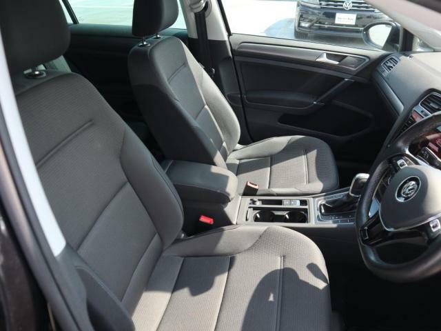 フロントシートです。少し硬めのシートは長距離長時間運転でも疲れにくく好評です。