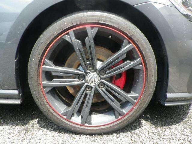 GTIを象徴するレッドストライプをあしらった専用アルミホイールを装備!タイヤサイズは225/40R18です