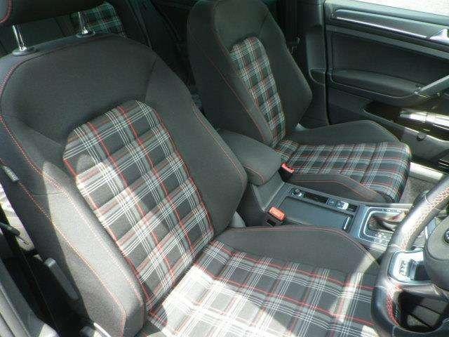 インテリア・シートカラーはブラック基調!GTIモデル専用のチェック柄シートです!