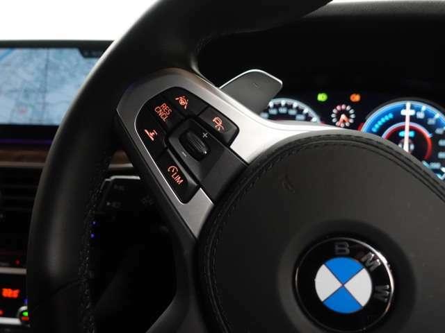 ACCは、レーダーやカメラが前走車や車線を検知し、前方車両との車間距離を維持しつつ自動で加減速を行い、低速時には停止までの制御を行います。前方車両の急ブレーキ時、表示・音声等で運転手に危険を喚起します