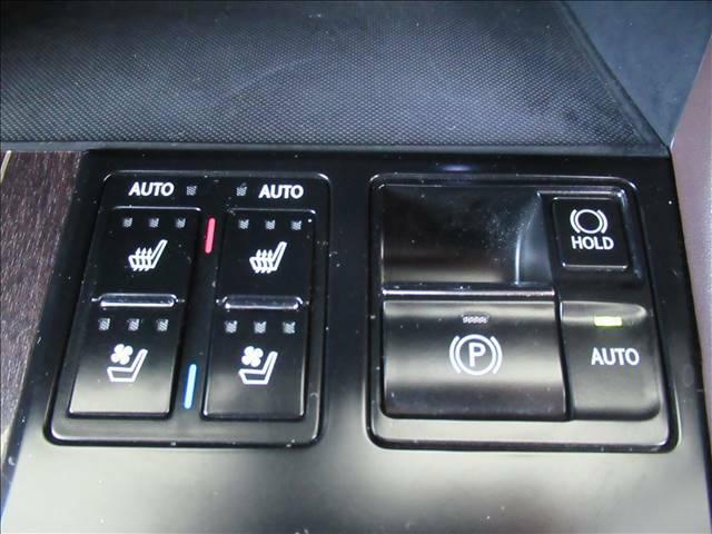 冬場にうれしいシートヒーターを装備。シート自体が温まりますので、冬場のドライブをよりお楽しみいただけますよ。シートクーラーも装備。