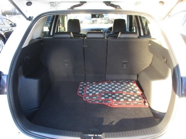 ラゲッジルームは定員乗車時にゴルフバックや大きな荷物を積めるほどの容量を確保しています。12Vの電源ソケットも備えるほか、フロア下には小物の収納に便利なサブトランクボックスを備えています。