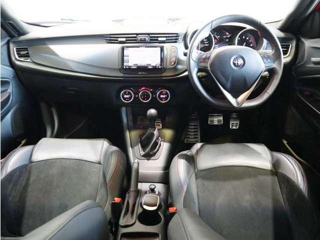 シンプルな内装に必要最低限の装備にて走り重視のお車ですね!