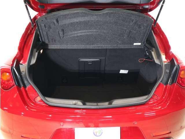 深さのある荷室とトランクスルーがついているので、長い荷物も席を倒さず積み込めます!