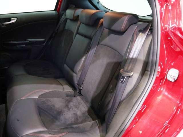 後部座席もアルカンターラを使用し通常のレザーシートよりもオシャレな印象です!