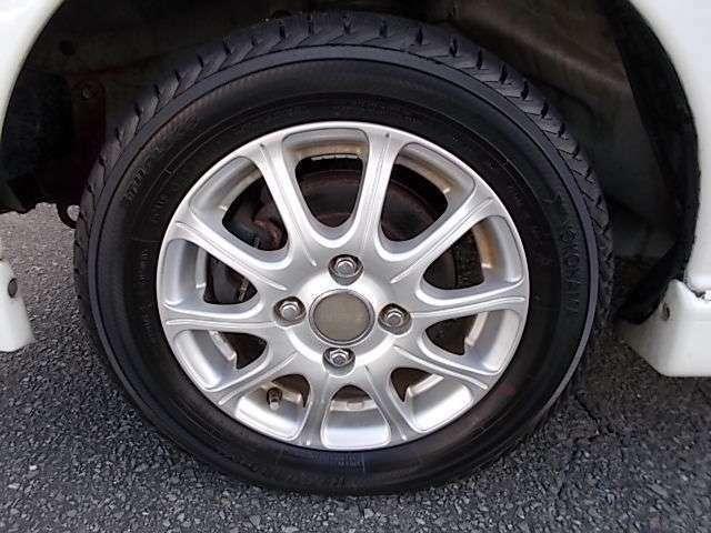 13インチ社外アルミホイールついてます。タイヤはスタッドレスタイヤが、ついてます。☆