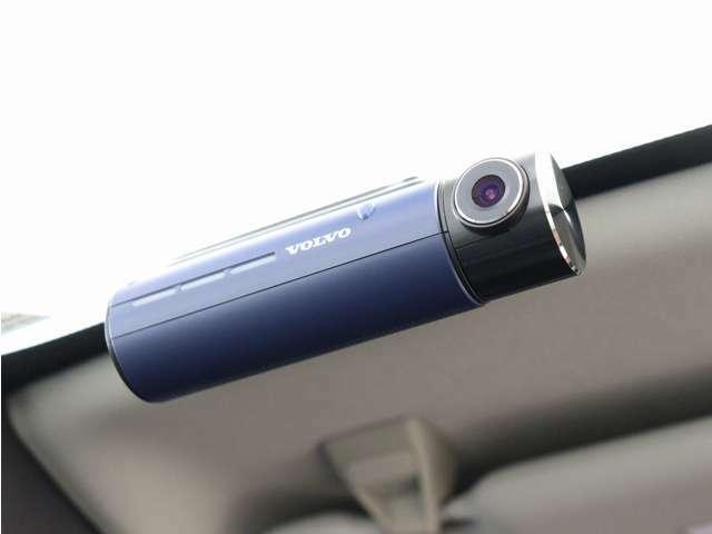 【大切な人を守る。ボルボ・ドライブレコーダー】あらゆる瞬間を逃さず記録する、前後フルHDの高画質、スーパー内とビジョン2.0をリアカメラにも搭載!スマートフォンとPCで映像確認!安心の純正品です。