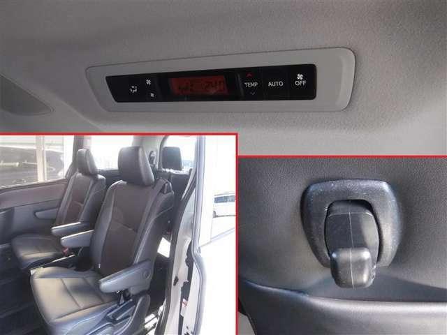 7人乗りのセカンドシートにキャプテンシートを採用。リビングのようにくつろげます。リヤ席からエアコンの調整ができます。快適な室温でお過ごしください。