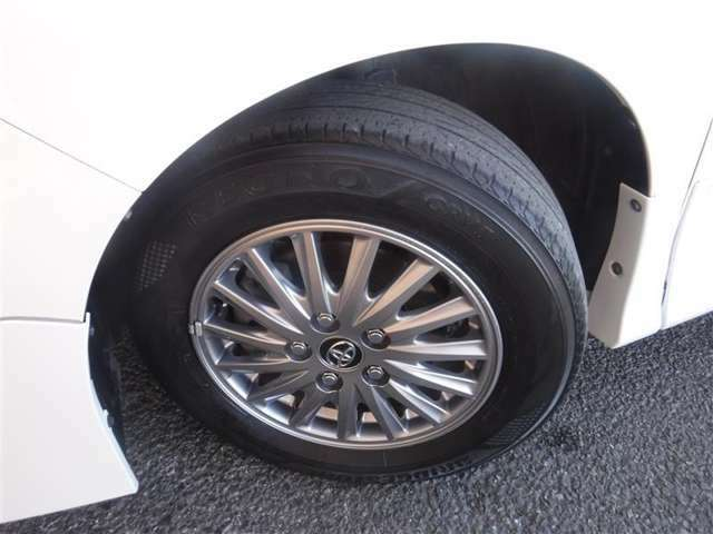 195/65R/15サイズのタイヤを装着しています。トヨタ純正アルミホイールがボディーデザインと融合します。