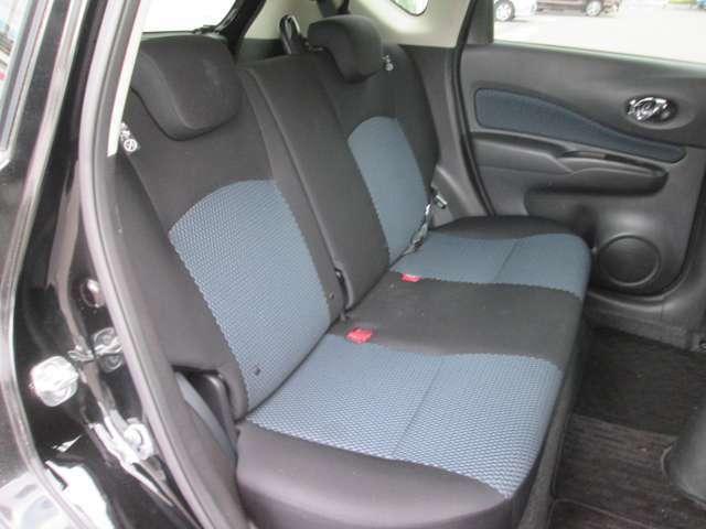 足元の広いセカンドシートです!くつろげるスペースでゆったりドライブ!