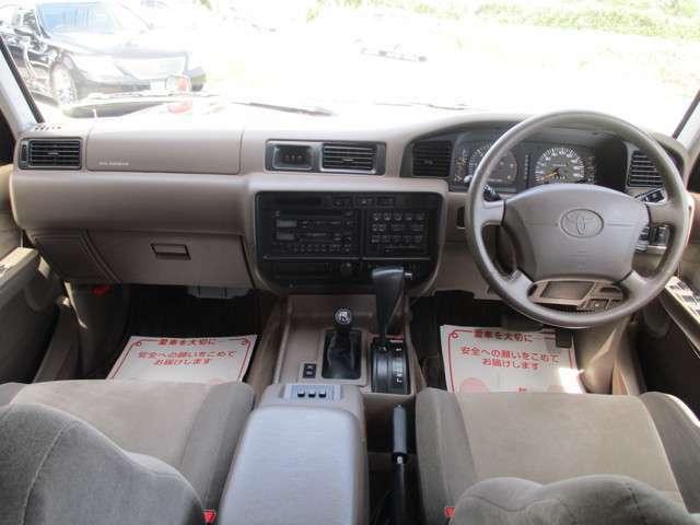 車内もキレイです☆シートヒーターにクーラーBOX、更にクルーズコントロール付きで装備も充実しております。