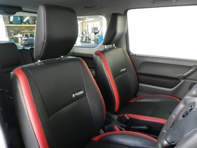 インテリア・シートカラーはブラック基調!黒地に鮮やかな赤色が映える専用シート!汚れても拭き取りがしやすく実用性に優れたシート表皮です!