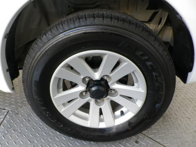 専用デザインの純正15インチアルミ!タイヤサイズは205/70R15です