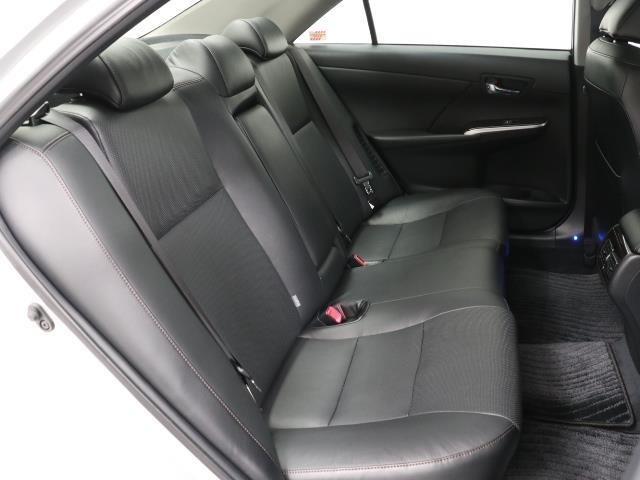 厚みのあるユッタリとしたシート、運転席も助手席もリラックスして座れます。