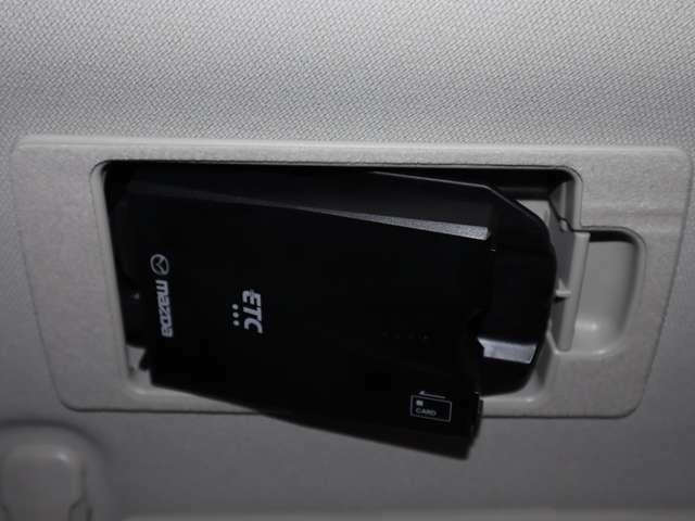 スマートインETCマツダ純正スマ-トインETC。運転席サンバイザーの後ろに隠れるように車載機を収納。1プッシュで車載機が斜めになりカードの出し入れが簡単にできます。