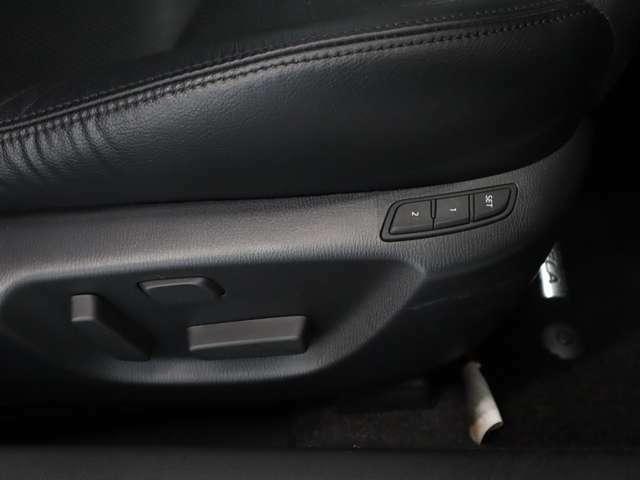 運転席パワーシートはシート前後スライド、リクライニング、シート高がスイッチ操作ひとつで簡単に調節できます。細かな調節が可能なので、より自身の運転体勢にあったシートポジションが選べます