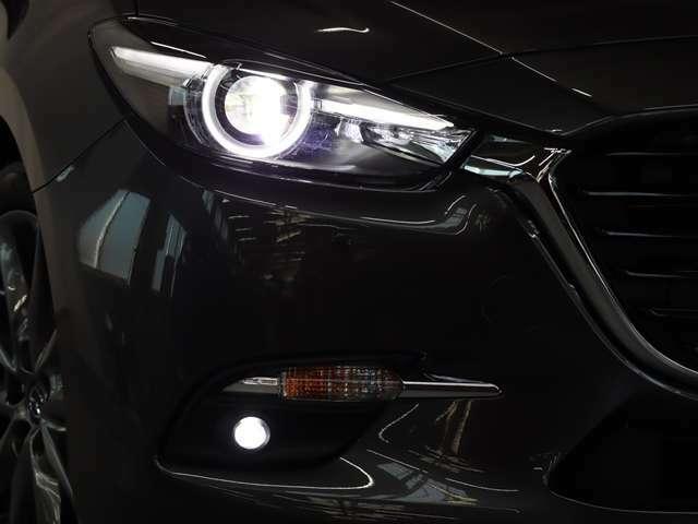 LEDヘッドライトが付いております。より遠く、より広く、より明るく、照らしてくれます。そのため、夜間の走行も運転もしやすく見やすいです。ハロゲンライトに比べ、消費電力も少なく、長寿命で効率的です。
