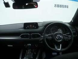 人間工学を駆使して設計された運転席は、各操作性も良く、快適なドライブを楽しめます。