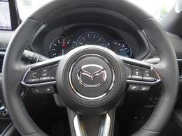 ステアリングコントロール付き。視線を外さずオーディオのボリウムなどの操作が可能です。これも運転に集中できる安全装備のひとつです