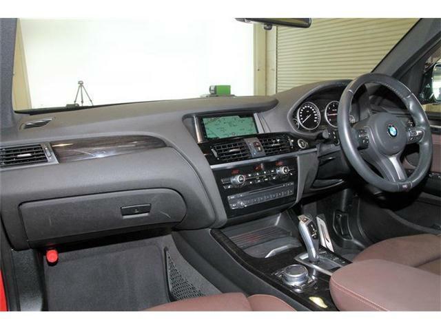 ブラウンのレザーシートにウッドパネルの組み合わせがとてもオシャレです。またフロントシートにはヒーターも付いております。