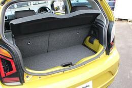 トランクは、買い物などには十分な大きさです。床板の位置も2段階で調整可能で、大きな荷物のときも安心です。