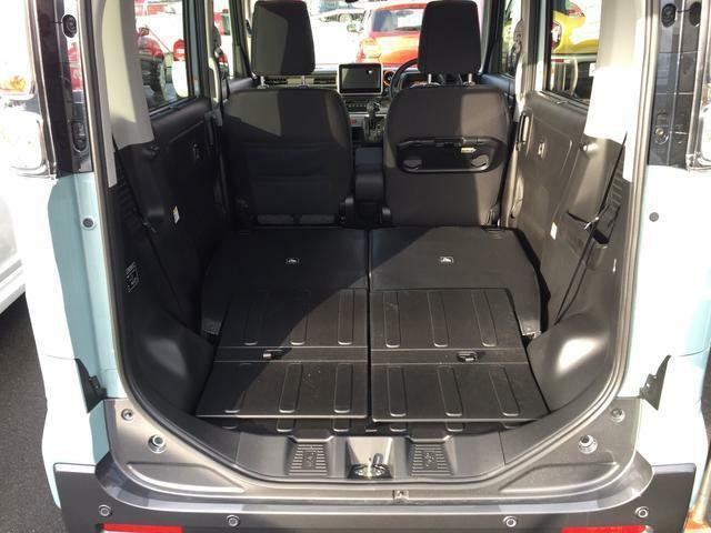 リヤシートはとっても簡単にワンタッチで左右分割で倒せます。倒すとほぼフラットになり積み降ろしのしやすい荷室が広がります。