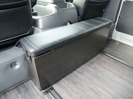 後ろ向きシート搭載で2人分の座席を確保