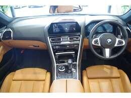 ドライバー目線で設計されており、ナビゲーションパネルやエアコン操作スイッチ部分などがドライバー側に向いて操作しやすくなっております。