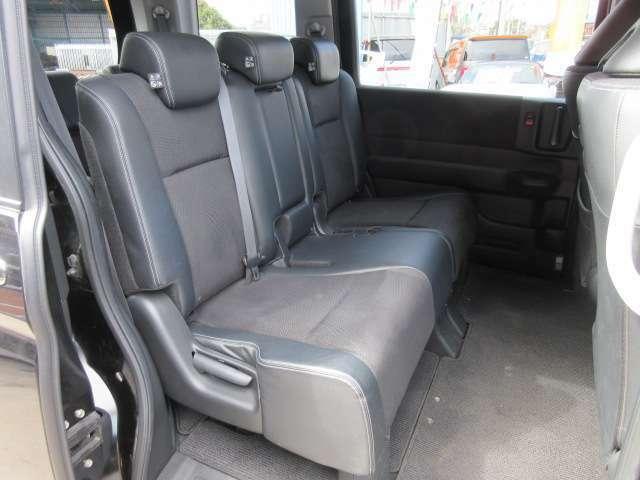 2列目シートは3人掛けのベンチシートタイプとなります♪ 2列目シートは前方へ倒すこともでき、車内空間を広く使うこともできます♪