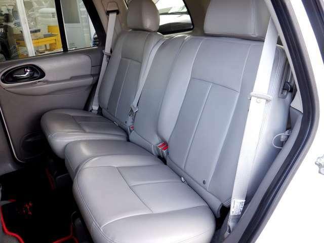 足元も広いセカンドシート。大人が3人楽に乗車できます。