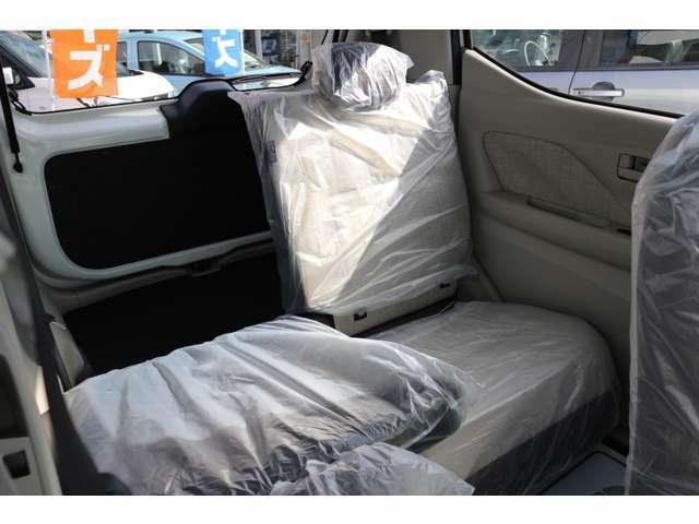☆後列シート片側収納☆ 後列シートを片側だけ格納することにより、3人乗った状態で便利で更に大きな荷物を運ぶ事が出来ます。