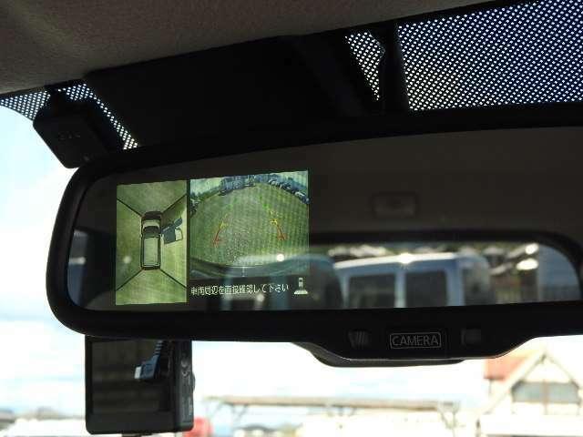ルームミラーにバックカメラとAモニター映像が映ります。車庫入れにとっても便利、街中の狭いコインパーキングも安心です。