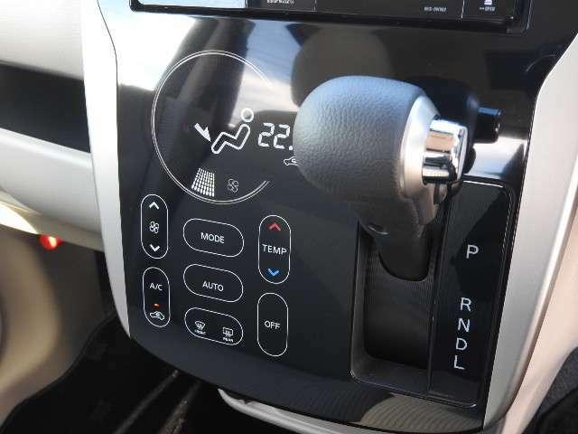 オートエアコン付で車内はいつも快適温度です。インパネシフトで足元スッキリ、ベンチシートで助手席への移動もラクラク。