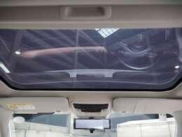 スカイルーフ(サンシェード付)紫外線や赤外線をカットするガラスを採用したサンシェード付きのスカイルーフを装備。
