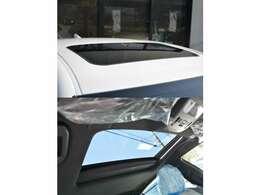 ■メーカーオプションの電動ムーンルーフが装備されており車内に心地いい開放感を与えてくれます。