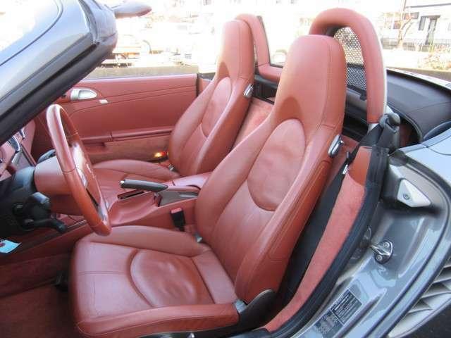 レザーシートもとても綺麗です。 目立つようなシートの割れもありません。 シートヒーター装備です!