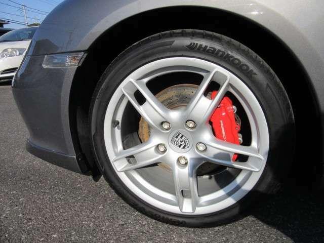 S専用18インチアルミホイールにレッドキャリパーが素敵なお車です。