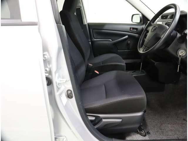 運転席、助手席はセパレートタイプなのでゆったり座れます
