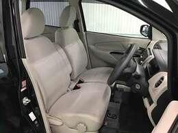 運転席・助手席はベンチシートでゆったり座ることが出来ます。ベージュを基調とした明るく優しい色調の車内です。