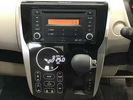 オーディオは純正のCDチューナーが装着されております。操作しやすいタッチパネル式のオートエアコン仕様です。