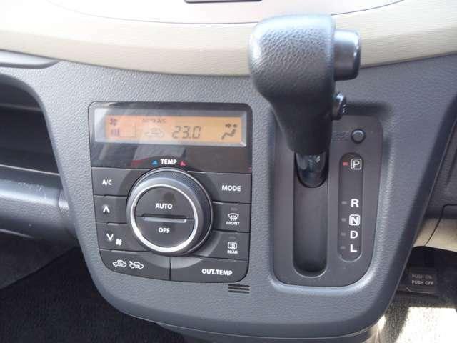 大きな温度調整ダイヤルに使いやすいスイッチを組み合わせたフルオートエアコンをが付いています!内装が豪華に見えるのもプラスポイントですね!