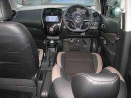 ジャカード織物と合皮を使用しており、より座り心地をUPしているフロントシートです。アームレストが付いておりますので、長距離運転も楽しくなりますよ。
