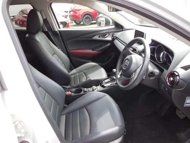 運転席はまっすぐな姿勢でシートに座り、足を自然に伸ばして操作できる位置各ペダルを配するという理想的なレイアウトを実現しています!ぜひ一度MAZDAのドライビングポジションをご体感ください。