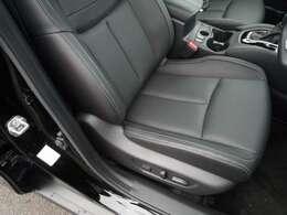 運転席・助手席はパワーシートなので座席位置調整もらくらくです。