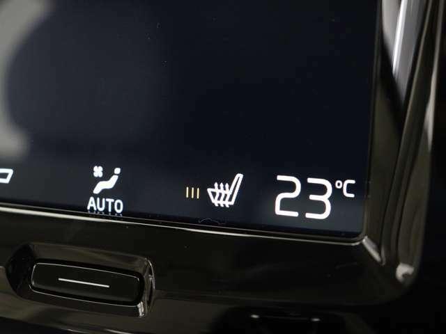 北欧スウェーデンならではのアイテム。運転席・助手席に搭載されたヒーターが冬場の始動時には大活躍。車両自体が暖まるよりもいち早く最適な温度に到達し、快適な環境を整えてくれます。