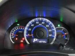 メーターは、スポーティな走りを想像させる、タコメーター付自発光3連メーターです。