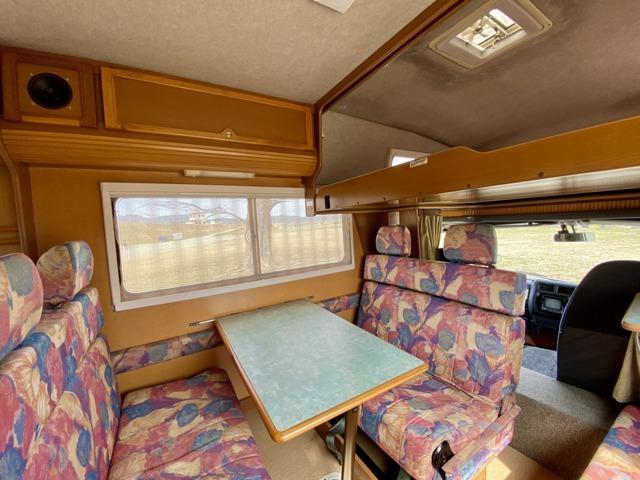 【室内】利便性と開放感を兼ね備えたZiLのレイアウトです。運転席上部はバンクベットが設置されています。