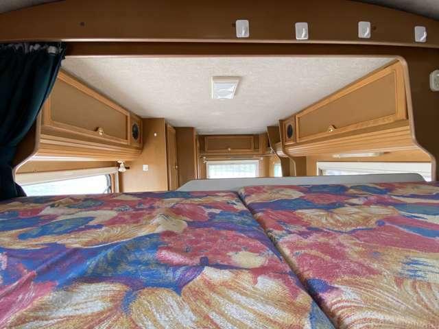 【バンクベット】引き出し式バンクベッドで縦向きに就寝することが可能です。